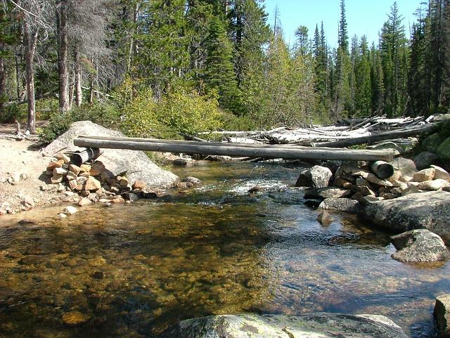 мостче през реката