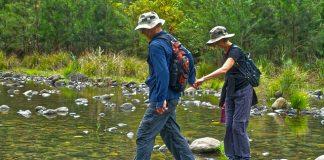 как да преминем безопасно през река в планината?